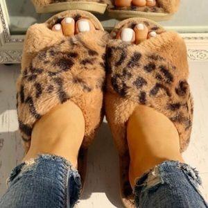 ✨Fuzzy leopard slippers